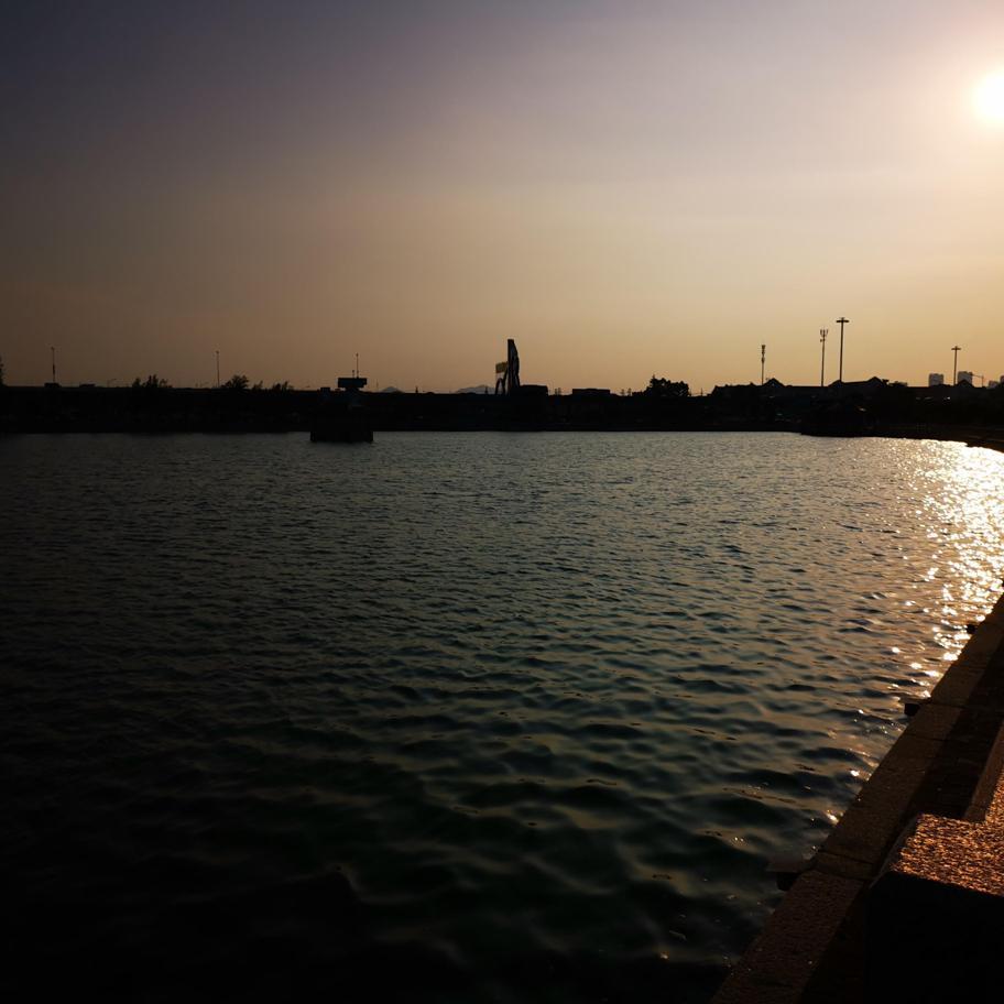 夕阳下龙舟湖